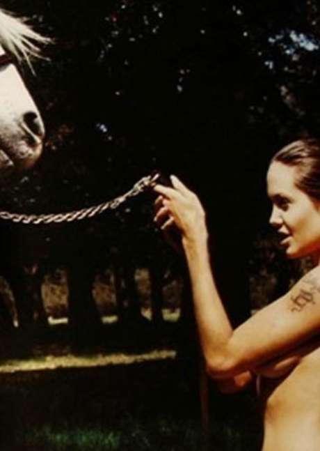 <p>En diciembre de 2001 el fotógrafo David LaCapelle realizó un reportaje a una de las actrices más sensuales, premiadas y solidarias del panorama cinematográfico. Angelina Jolie...</p>