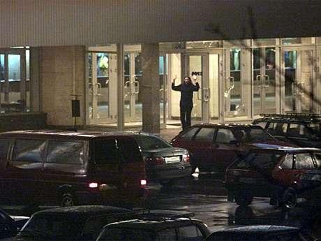 Refém deixa o Teatro de Moscou durante o ataque terrorista de 2002