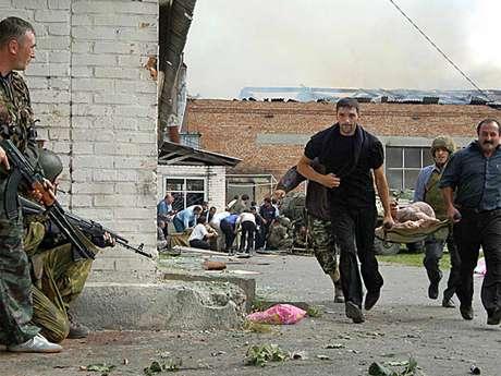 Militares esperam passagem de feridos durante operação de resgate no ataque à escola de Beslan em 2004