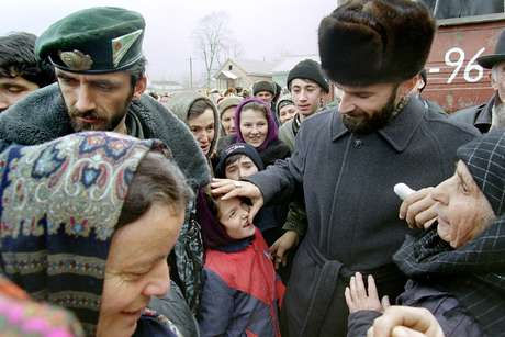 Shamil Basayev, líder checheno, durante evento político na vila de Vadeno em 1997