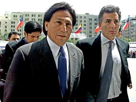 Alvaro Vargas Llosa acompaña a Alejandro Toledo durante una visita al ex presidente chileno Ricardo Lagos en el Palacio de La Moneda en Santiago en el año 2000.  Hoy, el periodista critica la posición del ex mandatario peruano.