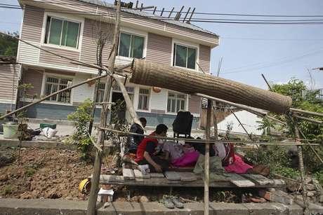 <p>La mayoría de los habitantes han salido de sus casas y permanecen en la calle.</p>