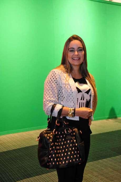 <p>A publicitária Bianca Lysandro usou uma bolsa preta grande toda trabalhada em aplicações de mini-caveiras</p>