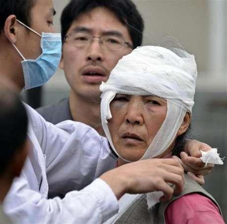 Chinesa recebe atendimento médico após um forte terremoto atingir a província de Sichuan, na China. O terremoto de magnitude 6,6 atingiu neste sábado uma remota, rural e montanhosa região chinesa, matando pelo menos 156 pessoas e ferindo cerca de 5.500, perto de onde um grande terremoto deixou mais de 70 mil mortos em 2008. 20/04/2013