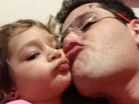 Filho de Leonardo posa com a filha, Maria Sophia; ele chegou a ficar um mês em coma após acidente