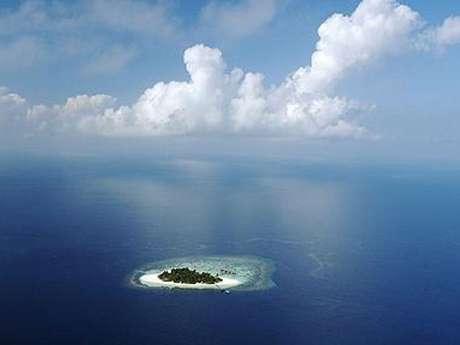 Las hermosas islas Maldivas enfrentan la amenaza de la elevación del nivel de las aguas debido al calentamiento global.