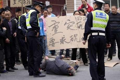 <p>Sobreviventes de terremoto na China protestam reclamando da falta de apoio do governo no vilarejo de Chaoyang, em Lushan</p>