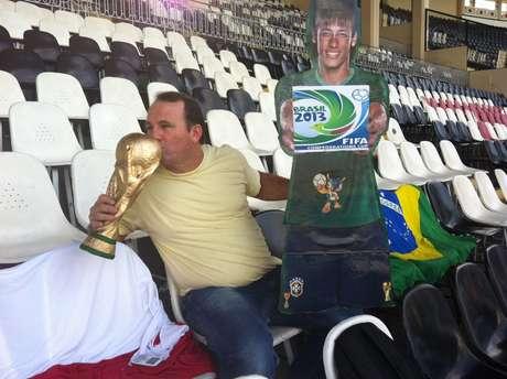 """<p><span style=""""text-align: justify;"""">Em São Januário, Jarbas Carlini tenta incentivar público a acompanhar jogos da Seleção Brasileira</span></p>"""
