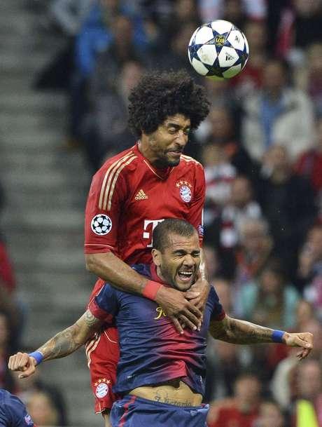 <p>Brasileiros Dante e Daniel Alves protagonizaram polêmica no primeiro gol do Bayern</p>