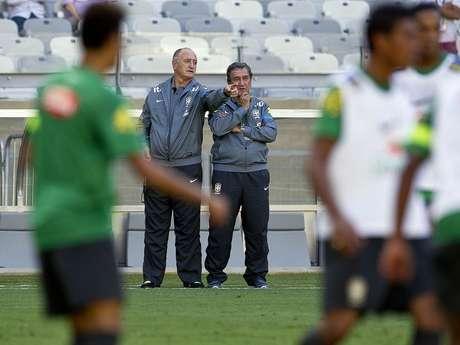 Felipão conversa com Parreira durante os trabalhos da Seleção Brasileira