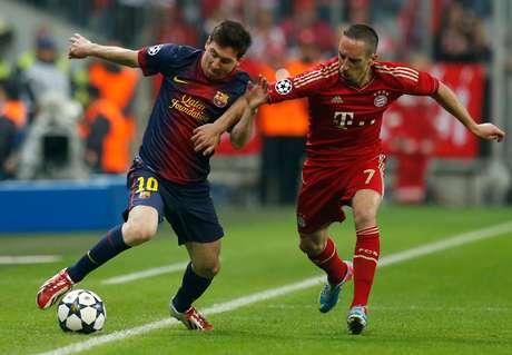 <p>Messi tenta escapar da marcação de Ribery; em condições físicas ruins, o astro argentino desapareceu na partida</p>