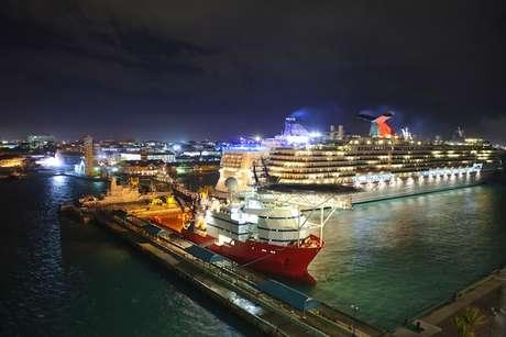 A capital, Nassau, tem o maior porto daquele país