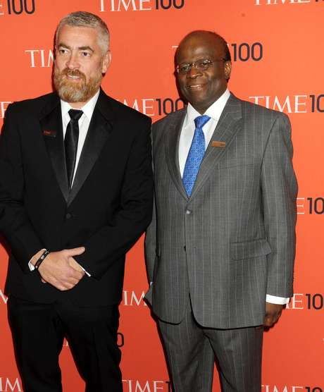 Brasileiros premiados, Alex Atala e Joaquim Barbosa posam para foto durante evento da 'Time'