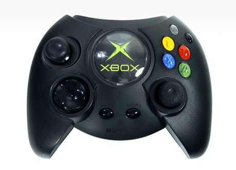 <p><strong>2001 -</strong>A primeira geração do<strong> Xbox</strong> foi lançada nos EUA em novembro de 2001, trazendo ao mercado um concorrente à altura do Playstation 2, que chegou às lojas no ano anterior. A estreia da Microsoft no mercado de consoles rendeu a venda de mais de um milhão de aparelhos em suas três semanas iniciais de vendas</p>