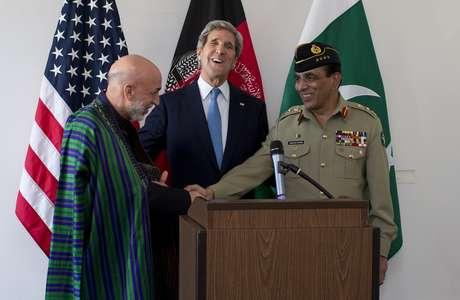 Kerry entre o presidente afegão, Hamid Karzai (esq.), e o general paquistanês Asfhaq Parvez Kayani