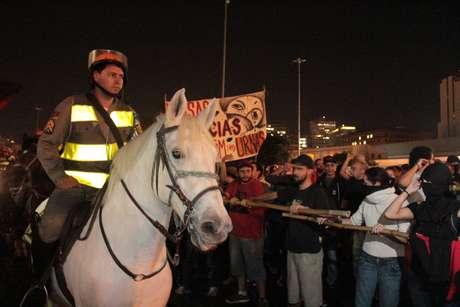 Manifestantes usaram varas de bambu e mastros de bandeira durante o protesto - segundo a PM, objetos foram usados para provocar os cavalos da corporação