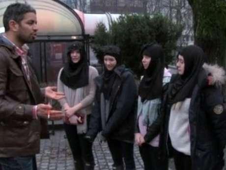 Adolescentes vestiram hijabs e recitaram passagens falsas do Alcorão durante o programa