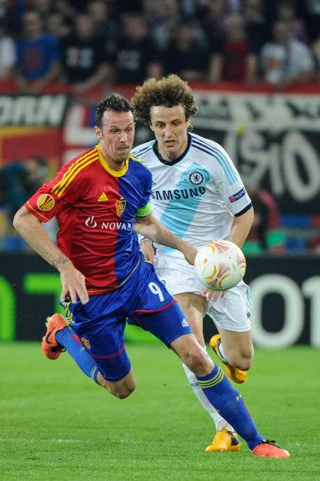 <p>Congoles del nigeriano Victor Moses y el brasileño David Luiz, el Chelsea venció al Basilea por 2-1 en el partido de ida de las semifinales de la Europa League, disputado este jueves en Suiza.</p>