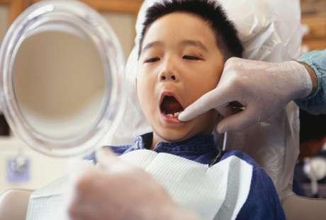 Para evitar las manchas en los dientes de los niños, nada mejor que animarles a cepillarse los dientes