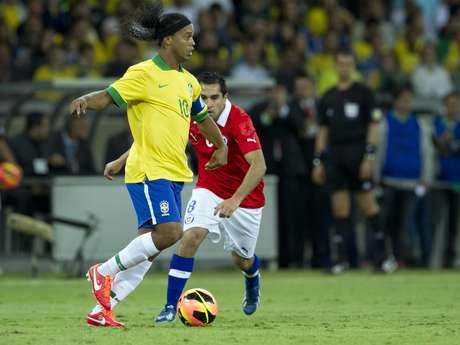 <p>Ronaldinho enfrentou o Chile, mas atraso em apresentação pode ter comprometido sua presença na Copa das Confederações</p>