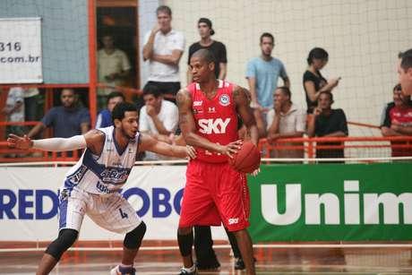 Americano Shamell foi destaque do jogo