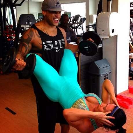 Scheila Carvalho posta foto malhando em academia ao lado do marido