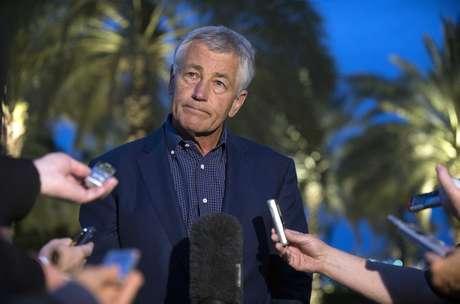 Chuck Hagel fala com repórteres em Abu Dhabi após ler comunicado sobre o emprego de armas químicas na Síria