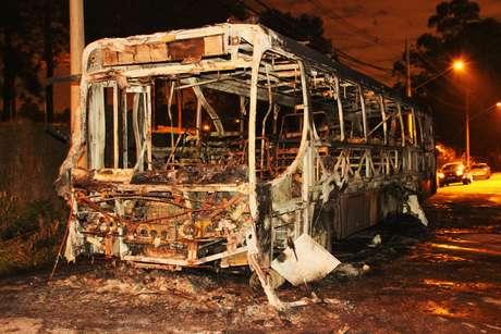 Dupla assaltou passageiros e incendiou ônibus em Guarulhos