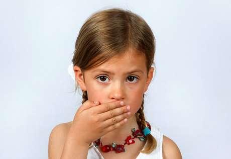 As causas do mau hálito são diversas  cáries, problemas gengivais, aparelho ortodôntico que dificulta a higiene, baixa salivação (xerostomia). Esta última pode ser causada por inflamações respiratórias, que fazem com que a criança durma de boca aberta, ou maus hábitos, como muito tempo de jejum e pouca ingestão de água.