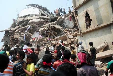 Dezenas de pessoas ainda trabalham nas buscas a sobreviventes do desabamento em Bangladesh