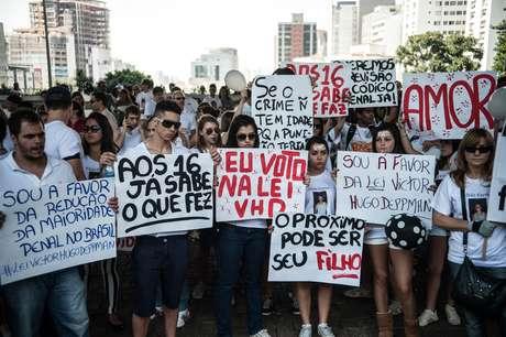 Parentes e amigos de pessoas que foram mortas em crimes cometidos por adolescentes fizeram, um protesto na Avenida Paulista para pedir a redução da maioridade penal