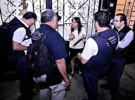 La dueña del restaurante Maximo Bistrot, en la Roma, encaró al personal de la Profeco que pretendía clausurar el lugar.