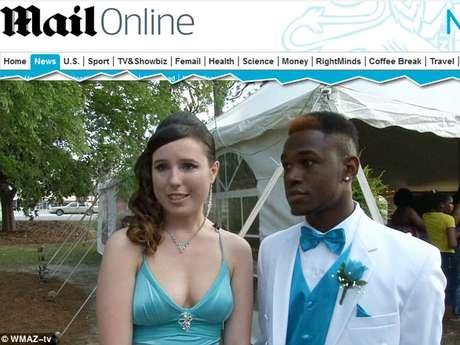 Casais de brancos e negros entraram juntos para o primeiro baile de formatura sem a segregação racial