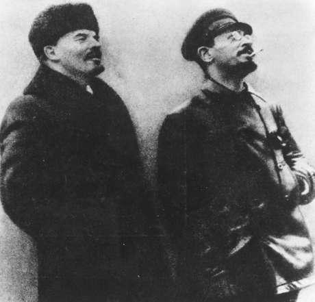 1917: Vladimir Ilyich Lenin (1870-1924) e Leon Trotsky (1879-1940) durante a revolução bolchevique