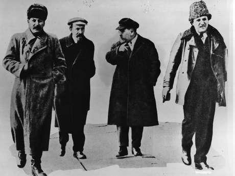 1919: líder soviético Joseph Stalin (1879-1953) com os políticos Nikolai Ivanovich Ryzhkov, Grigori Zinoviev (1883-1936) e Lev Borisovich Kamenev (1883-1936) a caminho de uma reunião