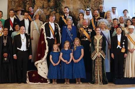 <p>Los recién investidos <strong>Reyes de los Países Bajos</strong> han posado con los representantes de las casas reales que han acudido a Ámsterdam para vivir el relevo de Beatriz a su hijo, Guillermo de Holanda. Con 46 años, el soberano se convierte en el rey más joven de las realeza europea.</p>