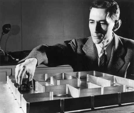 Shannon e seu famoso rato Teseu, com o qual fez experimentos em labirintos - alguns dos primeiros testes em inteligência artificial