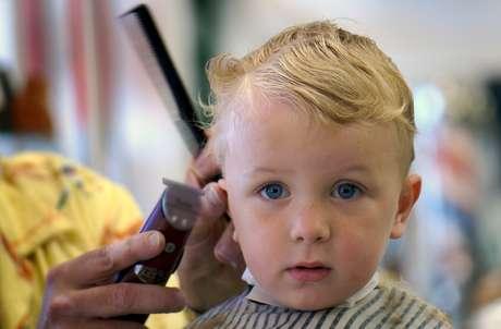 A máquina de corte deve ser usada com cuidado, pois é um dos itens que mais assusta a criança