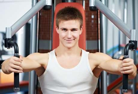 <p><strong>Pec Deck</strong><br />Embora algumas pesquisas apontem este movimento como uma ótima forma de fortalecer o peitoral, o fato é que este aparelho coloca a articulação dos ombros em uma posição vulnerável. Sendo assim, pode trazer problemas para quem tem problemas nos ombros, mas também machucar esportistas saudáveis</p>