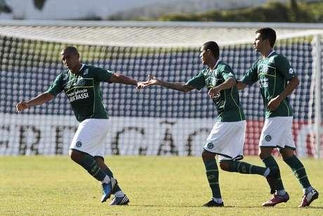 Jogadores do Goiás festejam gol de Walter na vitória contra o Santo André