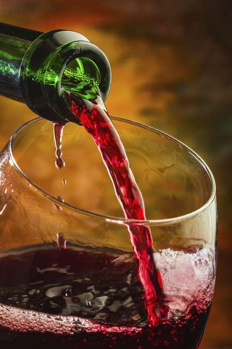 <p><strong>Servir vinhos caros</strong><br />N&atilde;o adianta negar, todos ficam de olho no pre&ccedil;o das garrafas servidas em reuni&otilde;es e jantares com amigos ou colegas. Quem nunca chegou em&nbsp;casa e foi pesquisar o pre&ccedil;o do vinho na internet? Para Rodrigo, o pre&ccedil;o n&atilde;o deve ser a &uacute;nica preocupa&ccedil;&atilde;o na hora de escolher o menu de bebidas</p>