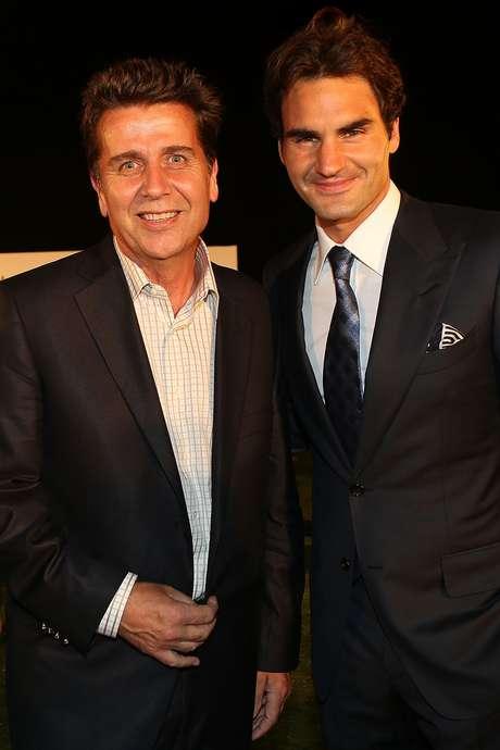 <p>Brad Drewett posa com Roger Federer, atual número 2 do mundo,no Masters de Xangai de 2012</p>