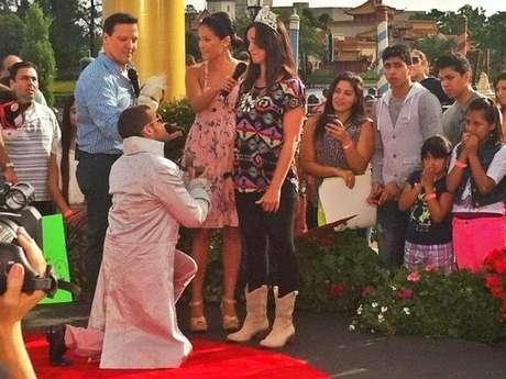 <p>El dúo compartió una foto del momento en que Nacho le pide matrimonio a su pareja.</p>