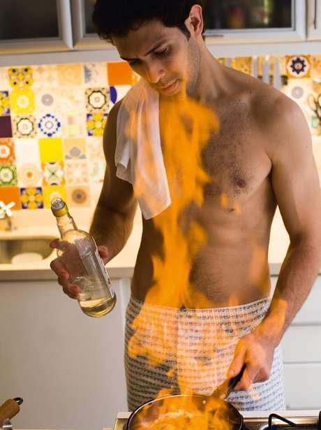 <p>Rodrigo Oliveira, chef do Mocotó, fez um ensaio sensual para a revista 'Tpm'</p>