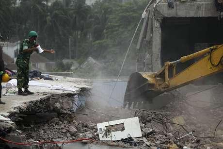 Socorristas trabalham em operação de buscas junto aos destroços do Rana Plaza, em Savar