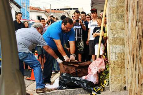 Corpo de uma mulher foi encontrado dentro de uma bolsa, na rua Leonel Furtado, no Limão, zona norte de São Paulo. Ela apresentava ferimentos no rosto e barriga, segundo policiais