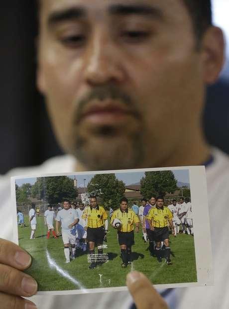 Familiar exibe foto do árbitro que morreu após agressão