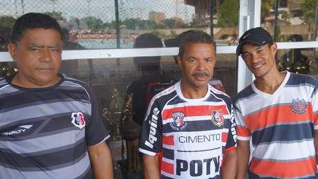 Eraldo Miguel (esquerda) e Geraldo Oliveira (centro) torcem pelo tri e pedem melhorias na sala de troféus do Santa Cruz
