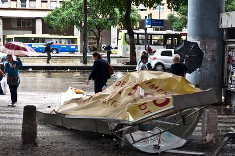 Quem saiu às ruas nesta segunda-feira no Rio precisou enfrentar a chuva e o vento fortes