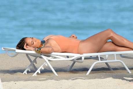 """<p>Jennifer López mostrará al mundo sus provocativas curvas en traje de baño en su próximo video musical titulado """"Live It Up"""", así se pudo conocer a través delas imágenes del proceso de filmación, en el cual según reportan medios en Estados Unidosse escucharon disparos en las cercanías delset.</p>"""